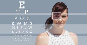 Γυναίκα με τη λεπτομέρεια κιβωτίων εστίασης ματιών και τις γραμμές και τη διεπαφή δοκιμής ματιών Στοκ φωτογραφία με δικαίωμα ελεύθερης χρήσης