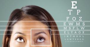 Γυναίκα με τη λεπτομέρεια κιβωτίων εστίασης ματιών και τις γραμμές και τη διεπαφή δοκιμής ματιών Στοκ Εικόνες