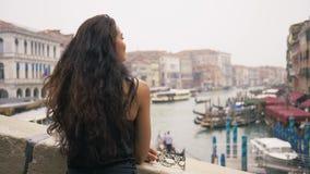 Γυναίκα με τη μάσκα καρναβαλιού στη Βενετία απόθεμα βίντεο