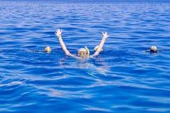 Γυναίκα με τη μάσκα που κολυμπά με αναπνευτήρα σαφές νερού Στοκ φωτογραφία με δικαίωμα ελεύθερης χρήσης