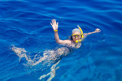 Γυναίκα με τη μάσκα που κολυμπά με αναπνευτήρα στο σαφές νερό Στοκ Εικόνα