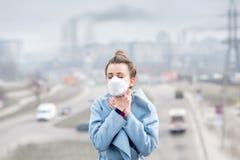 Γυναίκα με τη μάσκα στην πόλη στοκ φωτογραφίες με δικαίωμα ελεύθερης χρήσης
