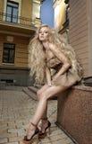 Γυναίκα με τη μακριά ξανθή τρίχα και με το φρέσκο makeup ομορφιάς Στοκ Φωτογραφία