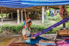 Γυναίκα με τη μακροχρόνια εργασία γυναικών λαιμών ή giraffe στον αργαλειό Στοκ Εικόνα