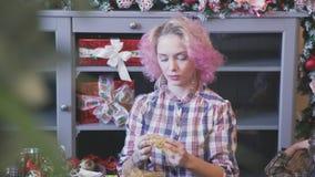 Γυναίκα με τη ρόδινη τρίχα που κάνει τις διακοσμήσεις Χριστουγέννων για το σπίτι φιλμ μικρού μήκους