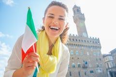 Γυναίκα με τη σημαία μπροστά από το vecchio palazzo, Ιταλία Στοκ Εικόνες