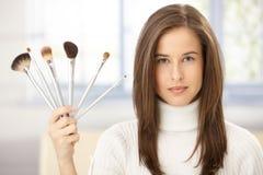 Γυναίκα με τη συλλογή βουρτσών makeup Στοκ φωτογραφία με δικαίωμα ελεύθερης χρήσης