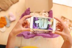 Γυναίκα με τη συμπαθητική τέχνη καρφιών που παίρνει την εικόνα του πουλόβερ μωρών Στοκ Εικόνες