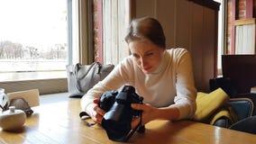 Γυναίκα με τη συνεδρίαση καμερών στον καφέ φιλμ μικρού μήκους
