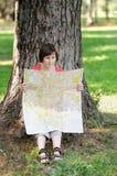 Γυναίκα με τη συνεδρίαση χαρτών κάτω από ένα δέντρο στοκ φωτογραφίες με δικαίωμα ελεύθερης χρήσης