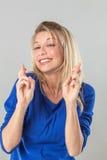 Γυναίκα με τη φιλοδοξία που διασχίζει τα δάχτυλά της για την πίστη στην επιτυχία Στοκ Φωτογραφίες