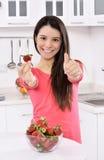 Γυναίκα με τη φράουλα Στοκ εικόνες με δικαίωμα ελεύθερης χρήσης