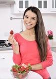 Γυναίκα με τη φράουλα Στοκ εικόνα με δικαίωμα ελεύθερης χρήσης
