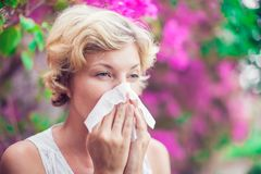 Γυναίκα με τη φυσώντας μύτη συμπτώματος αλλεργίας Στοκ Εικόνες