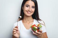 Γυναίκα με τη φυτική σαλάτα Στοκ εικόνες με δικαίωμα ελεύθερης χρήσης