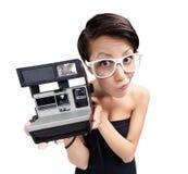 Γυναίκα με τη φωτογραφική φωτογραφική μηχανή κασετών Στοκ εικόνες με δικαίωμα ελεύθερης χρήσης