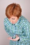 Γυναίκα με τη χούφτα των φαρμάκων στοκ φωτογραφίες