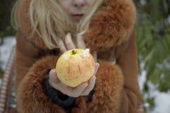 Γυναίκα με τη Apple το χειμώνα Στοκ φωτογραφίες με δικαίωμα ελεύθερης χρήσης