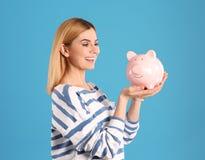 Γυναίκα με τη piggy τράπεζα στοκ φωτογραφίες