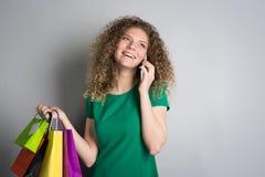 Γυναίκα με τις αγορές στοκ φωτογραφίες