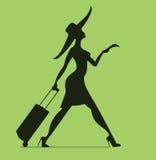 Γυναίκα με τις αποσκευές και το εισιτήριο χρόνος να ταξιδεψει Στοκ Φωτογραφία