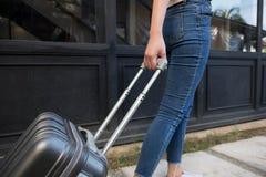 Γυναίκα με τις αποσκευές καροτσακιών ταξιδιού στο λόμπι ξενοδοχείων μικρό ταξίδι χαρτών του Δουβλίνου έννοιας πόλεων αυτοκινήτων στοκ εικόνα