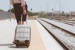 Γυναίκα με τις αποσκευές στοκ φωτογραφία με δικαίωμα ελεύθερης χρήσης