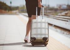 Γυναίκα με τις αποσκευές στοκ φωτογραφίες