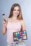 Γυναίκα με τις επαγγελματικές εξαρτήσεις Makeup καλλιτεχνών σύνθεσης Στοκ Εικόνες