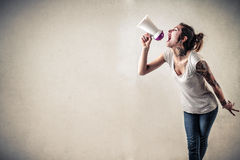 Γυναίκα με τις δερματοστιξίες που χρησιμοποιούν megaphone Στοκ Εικόνες