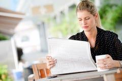 Γυναίκα με τις εφημερίδες Στοκ εικόνα με δικαίωμα ελεύθερης χρήσης