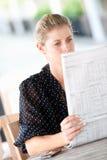 Γυναίκα με τις εφημερίδες Στοκ εικόνες με δικαίωμα ελεύθερης χρήσης