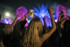 Γυναίκα με τις μπύρες που απολαμβάνει το φεστιβάλ μουσικής Στοκ φωτογραφία με δικαίωμα ελεύθερης χρήσης