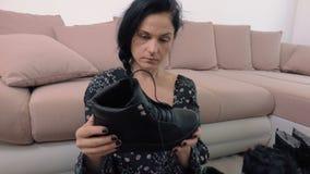 Γυναίκα με τις νέες μαύρες μπότες