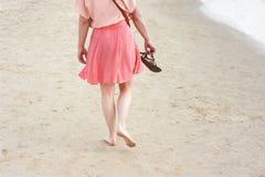 Γυναίκα με τις σαγιονάρες στοκ φωτογραφία