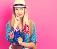 Γυναίκα με τις σημαίες των αγγλόφωνων χωρών Στοκ φωτογραφία με δικαίωμα ελεύθερης χρήσης