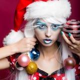 Γυναίκα με τις σφαίρες Χριστουγέννων Στοκ εικόνες με δικαίωμα ελεύθερης χρήσης