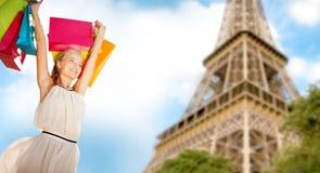 Γυναίκα με τις τσάντες αγορών πέρα από τον πύργο του Παρισιού Άιφελ στοκ φωτογραφία με δικαίωμα ελεύθερης χρήσης