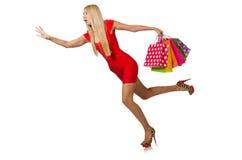 Γυναίκα με τις τσάντες αγορών που απομονώνεται Στοκ Εικόνες