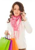 Γυναίκα με τις τσάντες αγορών που καλούν τηλεφωνικώς Στοκ φωτογραφία με δικαίωμα ελεύθερης χρήσης