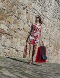 Γυναίκα με τις τσάντες αγορών σε μια πόλη στοκ φωτογραφίες