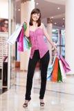 Γυναίκα με τις τσάντες αγορών στο κατάστημα στοκ φωτογραφία