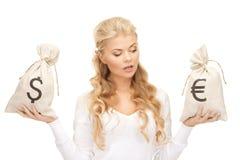 Γυναίκα με τις τσάντες ευρώ και δολαρίων Στοκ εικόνες με δικαίωμα ελεύθερης χρήσης