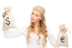 Γυναίκα με τις τσάντες ευρώ και δολαρίων Στοκ φωτογραφίες με δικαίωμα ελεύθερης χρήσης