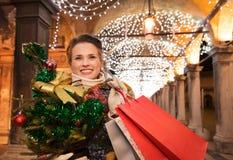 Γυναίκα με τις τσάντες χριστουγεννιάτικων δέντρων και αγορών στη Βενετία Στοκ εικόνες με δικαίωμα ελεύθερης χρήσης