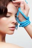 Γυναίκα με τις χάντρες κιρκιριών Στοκ Φωτογραφία