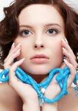 Γυναίκα με τις χάντρες κιρκιριών στοκ εικόνα