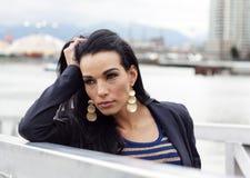 Γυναίκα με τον αγκώνα στο κιγκλίδωμα που κοιτάζει αριστερά Στοκ φωτογραφία με δικαίωμα ελεύθερης χρήσης