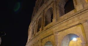 Γυναίκα με τον αναδρομικό πυροβολισμό Coliseum καμερών τη νύχτα απόθεμα βίντεο