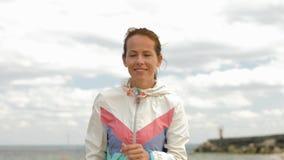 Γυναίκα με τον ιχνηλάτη ικανότητας που τρέχει κατά μήκος της παραλίας φιλμ μικρού μήκους